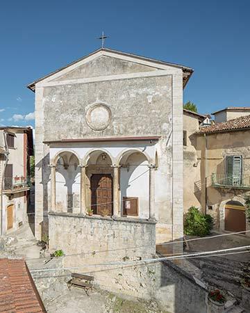 altrospazio fotografia, facciata della chiesa di San Nicola nel paese Corcumello, frazione di Capistrello (AQ)